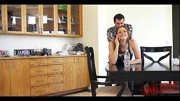 Жопастая сучка любит жёсткий секс на кухне